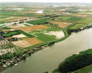 ZW_WATEROVERLAST_29 Luchtfoto van Zwartewaal met ondergelopen weilanden na overvloedige regenval; 17 september 1998