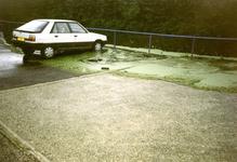 ZW_WATEROVERLAST_35 Ondergelopen parkeerplaats bij Garage Deurloo na overvloedige regenval; 16 september 1998