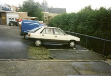 ZW_WATEROVERLAST_36 Ondergelopen parkeerplaats bij Garage Deurloo na overvloedige regenval; 16 september 1998