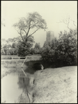 FOTO_GF_C164 Brielle; Stenen heul in de Langesingel, op de achtergrond de St. Catharijnekerk, ca. 1935