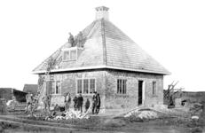 KLW028 Foto 2: Een van de vijf dubbele woningen van Vereniging Volkshuisvesting Tinte. Het betreft hier een wijk met 5 ...