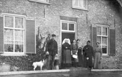 NLL035 Familie Peters voor de boerderij in Nieuwenhoorn. V.l.n.r.: 1. Arie Peters (1889-1976), (zoon van Andries Peters ...