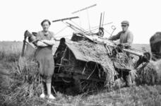 NLL041 Maaien op de de boerderij van Arie Peters en Neeltje Arentje Nieuwland. Links: Neeltje Arentje Nieuwland ...