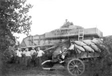 NLL043 Dorsen op de boerderij van Arie Peters en Neeltje Arentje Nieuwland. 3e van Links: Arie Peters; ca. 1943
