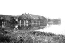 NLL047 De boerderij van Arie Peters en Neeltje Arentje Nieuwland tijdens de inundatie; Pinksteren 1944