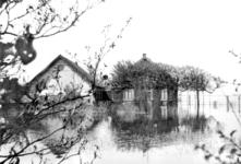 NLL048 De boerderij van Arie Peters en Neeltje Arentje Nieuwland tijdens de inundatie; Pinksteren 1944