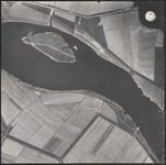 LUCHTFOTO_VOORNE_017 Het Brielse Meer met de Middenplaat, Onder de Noordzeeroute, de Geuzenkreek en de Spanjaardweg; ca. 1963