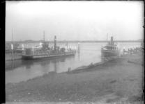 GN2155 De veerboten Notaris van den Blink en Vlaardingen V in de monding van de Buitenhaven; ca. 1920