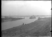 GN2159 Het veer Brielle - Rozenburg nadert de Buitenhaven; ca. 1920