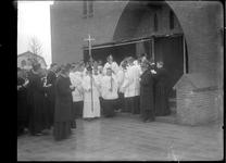 GN2204 Geestelijken komen in processie uit de bedevaartskerk; ca. 1922