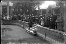 GN2205 Bedevaartsgangers staan op het Martelveld rond de heilige put; ca. 1922