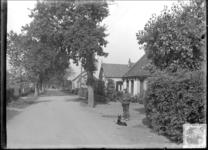 GN2345 Man met hond in de Zandweg. Het tweede huis met het boogje in de nok is nu nummer 14; ca. 1925
