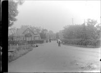 GN2408 Kijkje op de Dorpsweg; ca. 1925