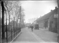 GN2449 Winkels in de Dorpsweg; ca. 1925