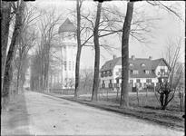 GN2548 De watertoren van Brielle, met naastgelegen woning; ca. 1925