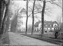GN2549 De watertoren van Brielle, met naastgelegen woning; ca. 1925