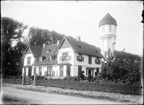GN2550 De watertoren van Brielle, met naastgelegen woning; ca. 1925