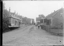 GN2681 De Kade in Tinte met links de openbare lagere school, later verbouwd tot Verenigingsgebouw De Odiaan; ca. 1925