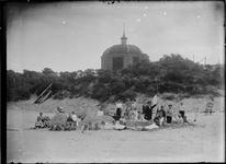 GN2708 Koepel Zeeburg, met een groep kinderen op het strand; 1918