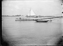 GN2758 Tekenaar zit op een aanlegsteiger op de Maas; ca. 1910