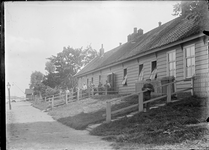 GN2761 Arbeiders bij huizen; ca. 1910