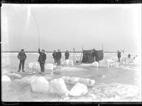 GN3019 Nieuwesluis; Vissers op de dichtgevroren Brielse Maas, ca. 1925