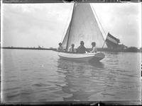 GN3071 Gezelschap in de boot op de Maas; ca. 1915