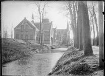 GN5066 Kijkje op de gereformeerde kerk, de watertoren en de katholieke kerk; ca. 1920