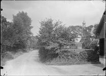 GN5135 Kijkje op de Achterweg, rechts de kerktoren; ca. 1920