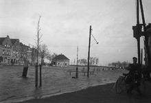 B1311 Hoog water overstroomt de kaden van het Maarland; ca. 1950