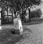 C1953 Grenspaal aan de Ruigendijk, met kilometerpaal van de tertaire weg 94-95; mei 1997
