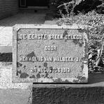 C2148 Gedenksteen van de bouw van het dieselmotorgemaal van de polder Oudenhoorn (1913); November 1986