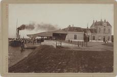 foto-30196 Stationsweg met stationsgebouw en aanlegsteiger van de passagiersveerdienst Enkhuizen-Stavoren omstreeks ...