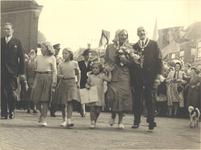foto-7526 H.M. Koningin Juliana brengt met haar vier kinderen, de kroonprins en kroonprinses van Noorwegen en ...