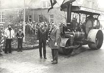 foto-8117 Officiële openstelling gereconstrueerde Dorpsweg Twisk door Commissaris der Koningin in Noord-Holland De Wit, ...