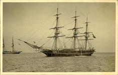 foto-5278 Opleidingschip 'Urania' voor de rede van Hoorn, 1900