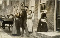 foto-6200 Arie Koolhaas met zijn groentekar in Enkhuizen, 19-?