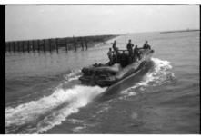 Patrouillevaartuig van de Duitse Kriegsmarine verlaat de haven van Hoorn