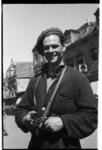 George Trigallez met stengun voor het toenmalige stadhuis aan de Nieuwstraat