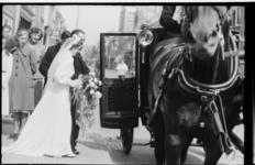 Bruidspaar Wagenmaker-Eecken stapt in de koets voor de katholieke pastorie aan het Grote Noord