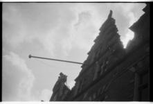 Op de dag van de bevrijding wordt de Nederlandse vlag uitgehangen op het stadhuis