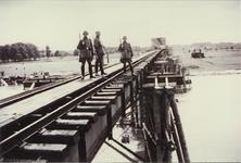 17012 Deventer - waterwegen - IJssel (Spoorbrug)Duitse militairen posten op de noodbrug die de Duitse spoorwegtroepen ...
