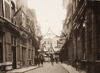 21590 Deventer - 1937 - 7 januariStraatversiering t.g.v. het huwelijk van Prinses Juliana en Prins Bernhard op 7 ...