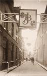 21593 Deventer - 1937 - 7 januariStraatversiering t.g.v. het huwelijk van Prinses Juliana en Prins Bernhard. ...