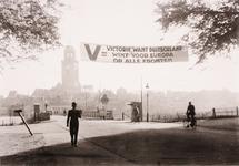 21606 Deventer - 1940-1945Spandoek bij Schipbrug met opschrift: V= Victory, want Duitschland wint voor Europa op alle ...