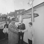 4310 Deventer - Persfotograaf D.W. Nijland: Speeltuinvereniging Het Hoornwerk . de heer B.J.A. van Wely ontvangt ...