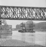 4529 Deventer - Persfotograaf D.W. Nijland: Spoorbrug met nieuwe brugdelen op de boot.