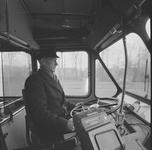 4532 Deventer - Persfotograaf D.W. Nijland: Buschauffeur bij busmaatschappij De Geldersche Tramwegen. (GTW)