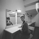 4573 Deventer - Persfotograaf D.W. Nijland: Cristine Horbriges in de kleedkamer van de Deventer Schouwburg.