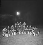 4657 Deventer - Persfotograaf D.W. Nijland: Eerste voetbalteam van Daventria mag nieuwe voetbalschoenen aanpassen.